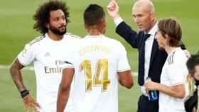 Zidane da órdenes a Marcelo, Casemiro y Modric durante una parada para la hidratación