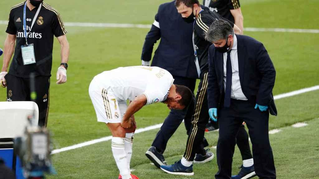 Los médicos del Real Madrid observan a Hazard, dolorido por un golpe en la rodilla