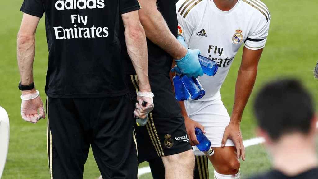 Eden Hazard, atendido por los servicios médicos del Real Madrid