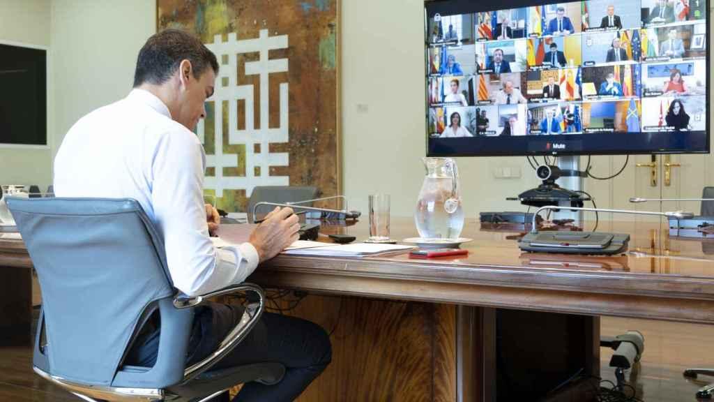 Pedro Sánchez, reunido con los líderes autonómicos, en la última videoconferencia de presidentes.