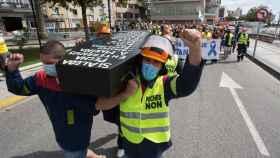 Miles de personas marchan y reclaman la permanencia de Alcoa en Galicia.