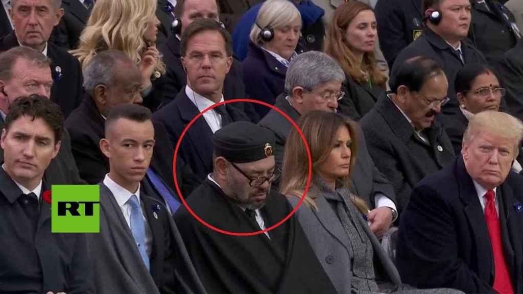 El rey de Marruecos dormido mientras Donald Trump lo mira.
