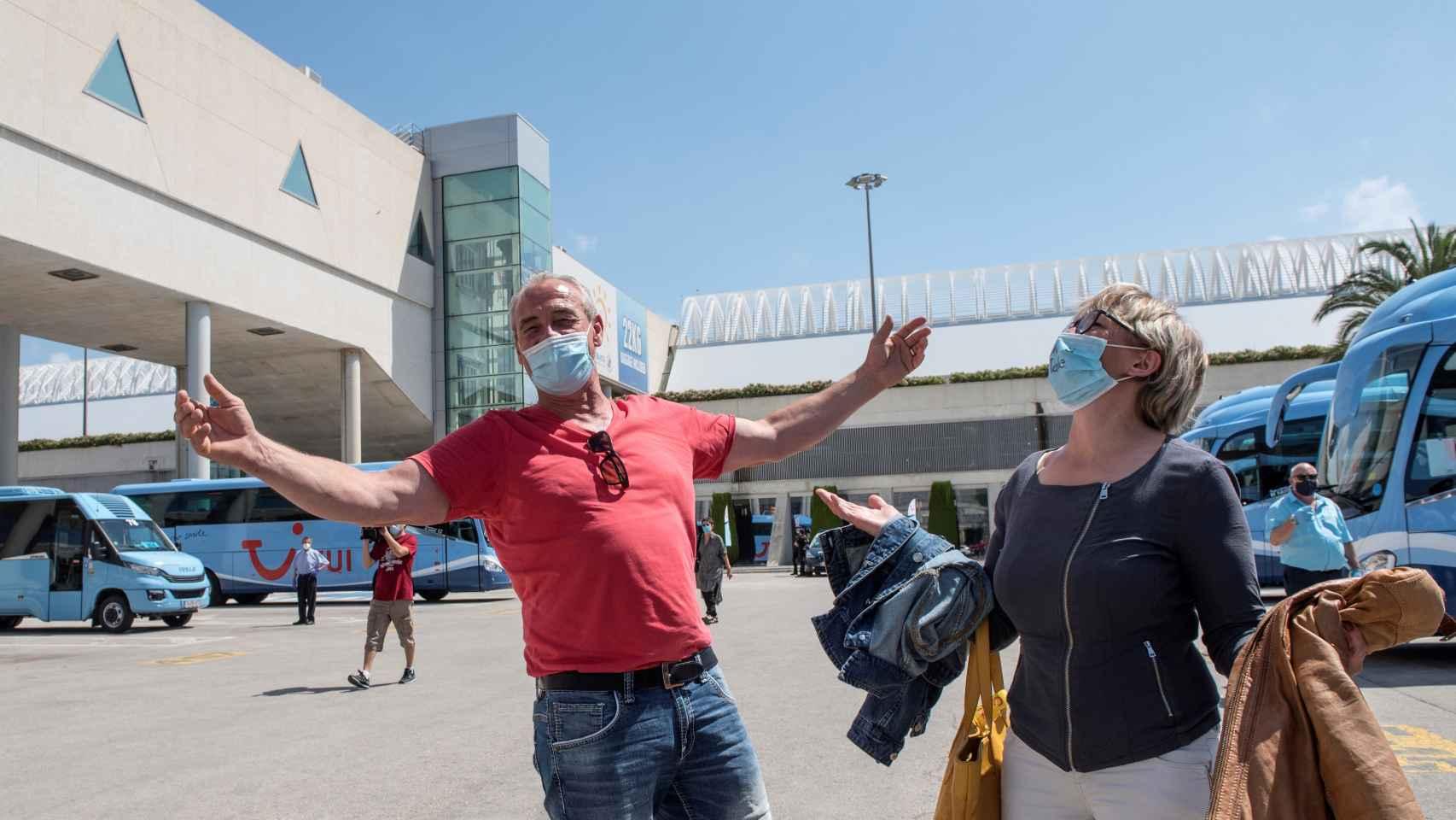 Turistas alemanes tras su aterrizaje en el aeropuerto de Palma.