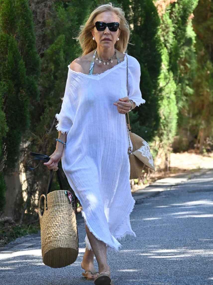 Carmen Lomana, con caftán blanco, camino a la playa en Marbella.