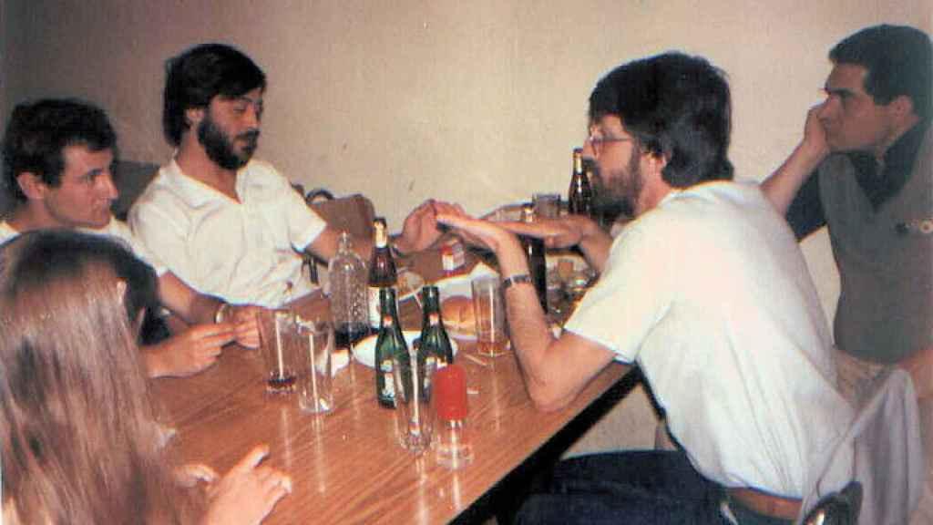 José Antonio Errejón, segundo por la izquierda, con barba y camisa blanca, en una reunión de Los Verdes.