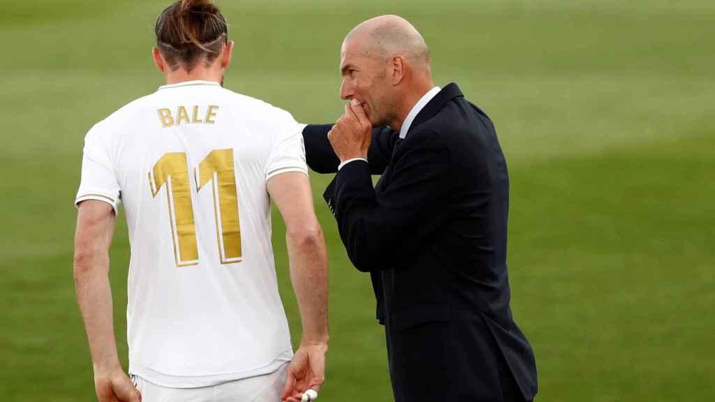 Gareth Bale recibe órdenes de Zinedine Zidane antes de saltar al campo ante el Eibar en el Alfredo Di Stefano