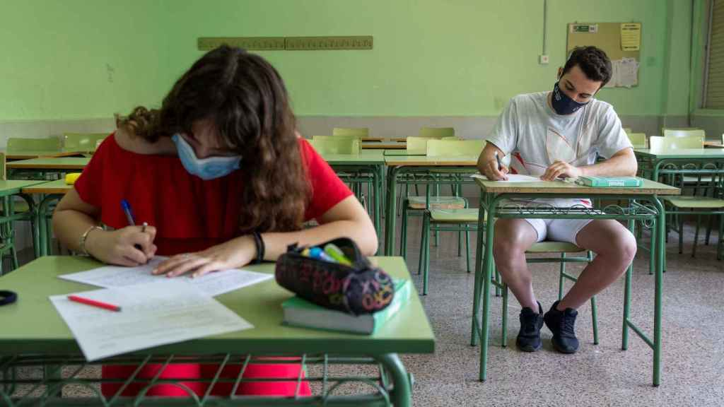 Dos alumnos de segundo de bachillerato durante un examen de griego preparatorio para la EBAU
