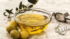 Un cuenco con aceite de oliva.