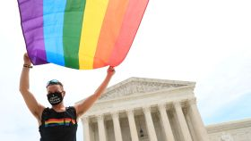 Un hombre enarbola la bandera del colectivo LGTB frente al Tribunal Supremo de Estados Unidos, en Washington.