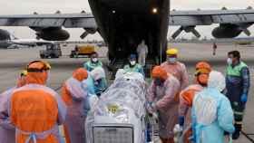 Personal sanitario de la Fuerza Aérea de Chile llevan a un avión a un paciente crítico