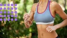 Una mujer corriendo con un sujetador especial para hacer deporte.