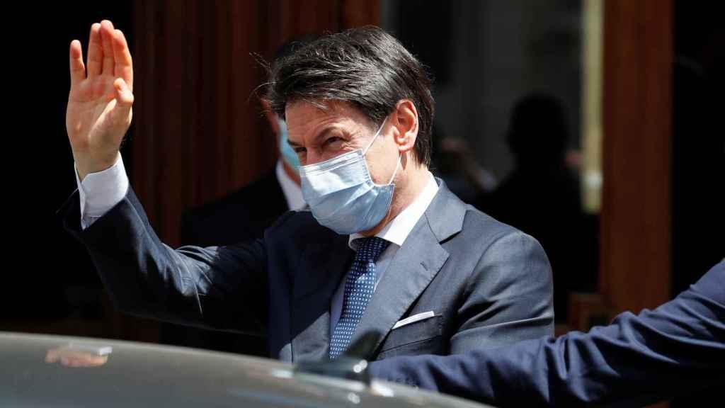 El presidente italiano, Giuseppe Conte, saliendo del Senado en Italia.
