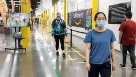 Demostración del uso de IA en un centro de Amazon para mantener el distanciamiento