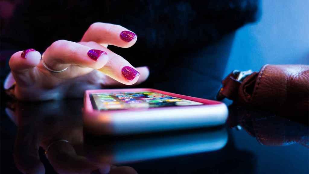 Una mujer usando un iPhone.