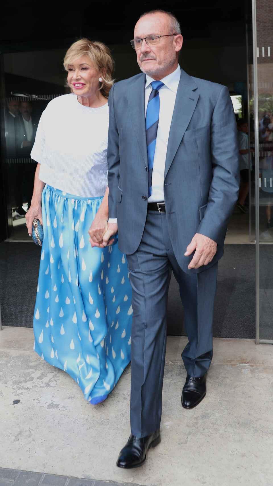 Mila Ximénez junto a su hermano Manolo el día de la boda de Belén Esteban.