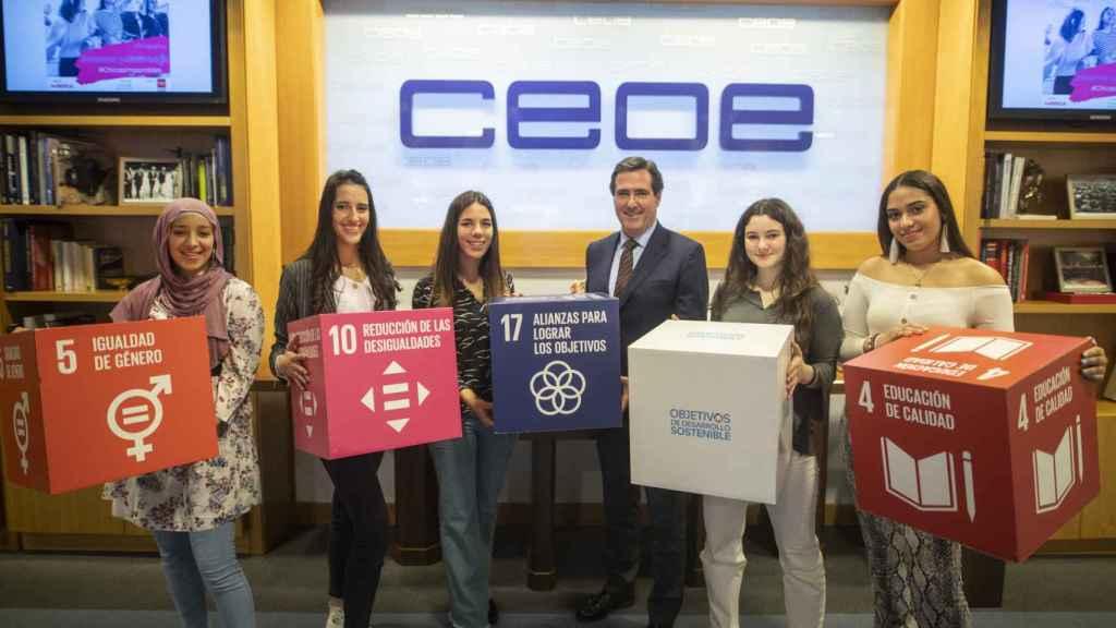 Las jóvenes estudiantes junto con el presidente de la CEOE, Antonio Garamendi.