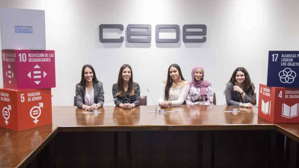 Alejandra, Paula, Latifa, Sara y Blanca, en la sede de la CEOE.