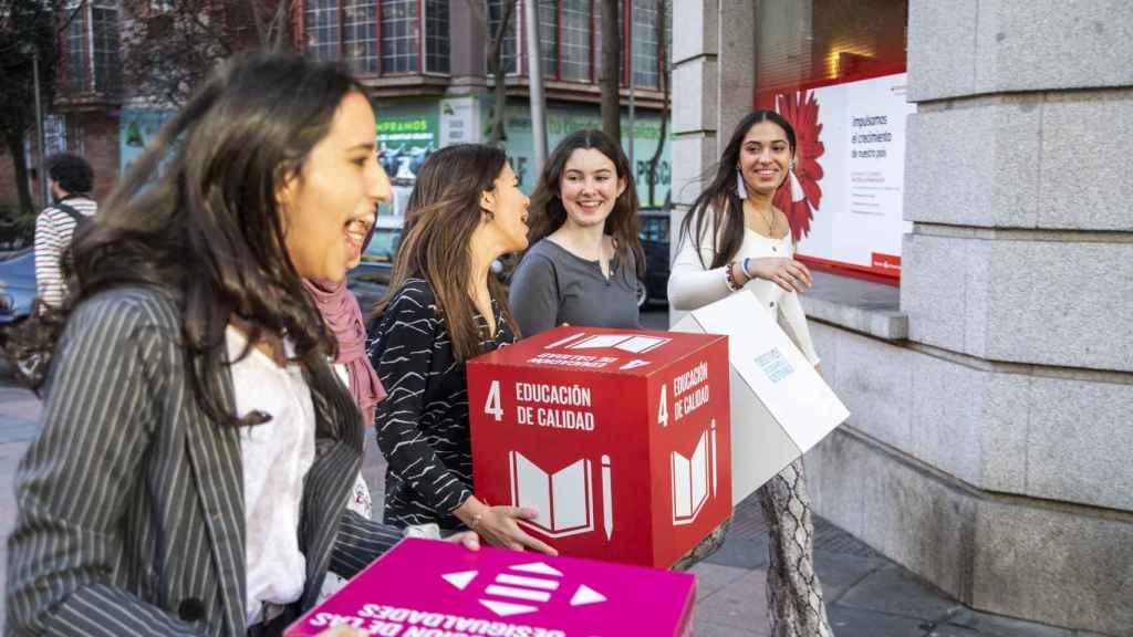 Las jovenes del Programa pasean cerca de la CEOE.
