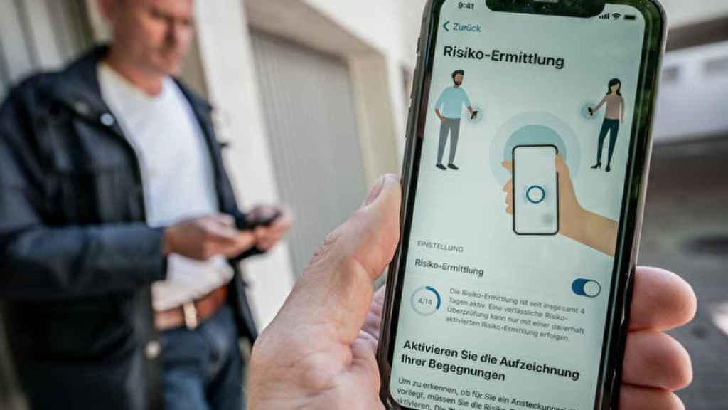 Una persona muestra la Corona Warn App en su móvil.