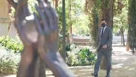 El presidente de la Junta de Andalucía, Juanma Moreno, ante la escultura en homenaje por la lucha contra el Covid.