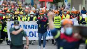 Trabajadores de Alcoa caminan por la calle con una pancarta en la que se lee 'A Mariña Sálvase Loitando'.