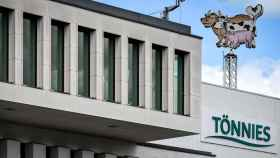 Logotipo de la empresa procesadora de carne Tönnies en su sede central en Rheda-Wiedenbrück.