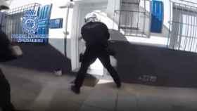 Un miembro de la Policía Nacional en el momento en que irrumpieron en el telecoca.