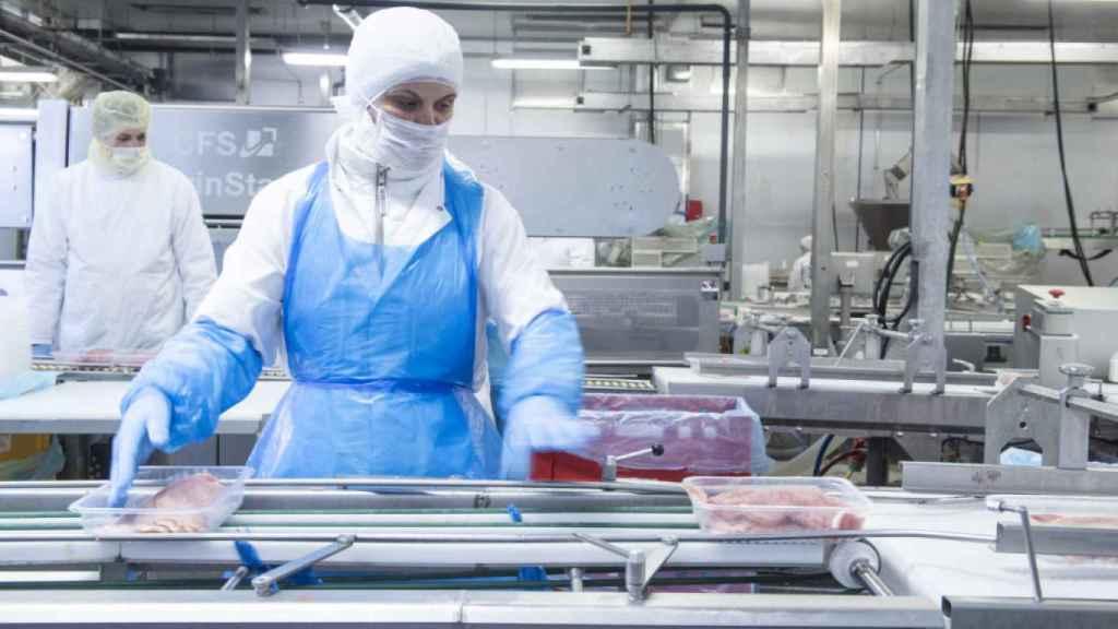 Imagen de una trabajadora de la empresa cárnica Tönnies en la cadena de producción. (Tönnies)