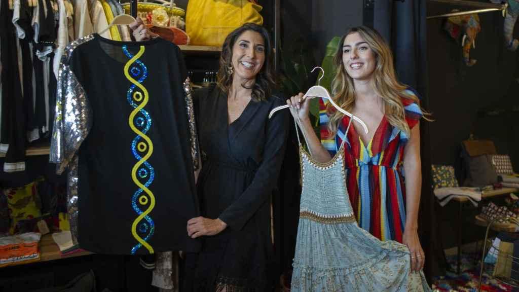 Paz Padilla y su hija, el día de la inauguración oficial de la tienda hace un año.
