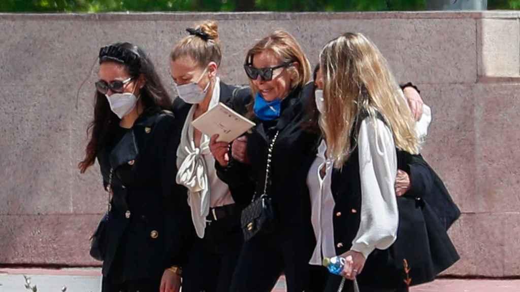 Carolina Monje, Amalia García Obregón, Ana García Obregón, Celia García Obregon y Celia Vega-Penichet en el último adiós a Álex Lequio el pasado 16 de mayo.
