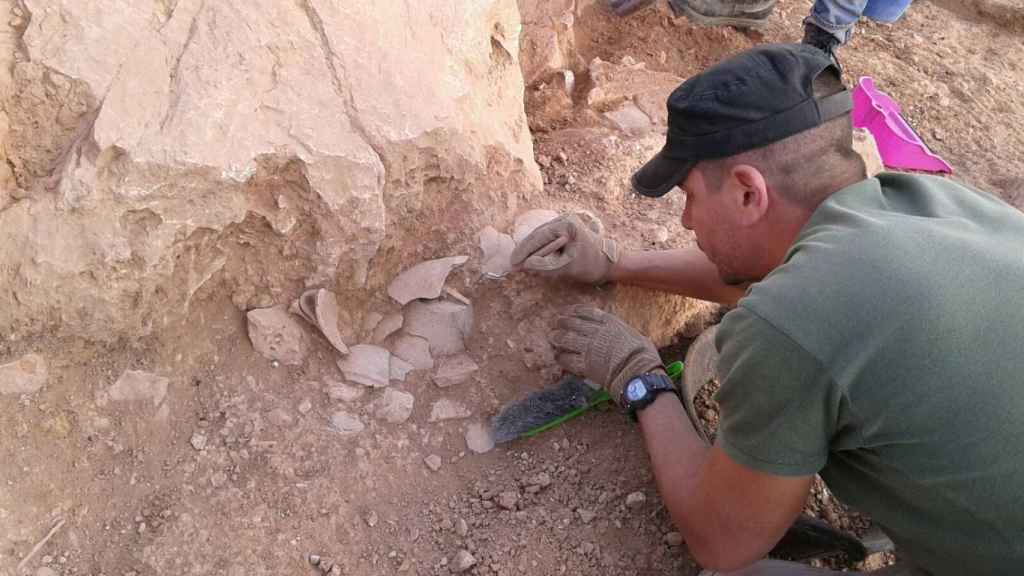Uno de los arqueólogos del proyecto, excavando en uno de los yacimientos.