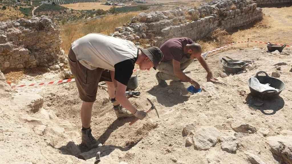 Los arqueólogos, excavando en otra fortaleza.