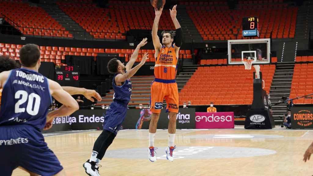 Alberto Abalde tira a canasta en el partido entre MoraBanc Andorra y Valencia Basket