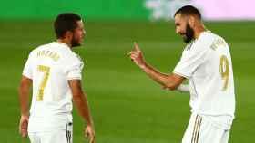 Hazard y Benzema hablan durante el partido