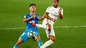 Hazard y Hugo Guillamon pelean por un balón