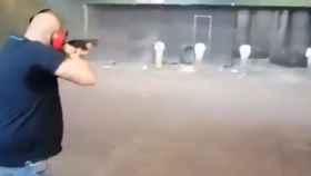 El tirador disparando a miembros del Gobierno en el vídeo.