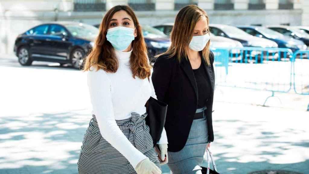 Dina Bousselham, a la izquierda, con su abogada.