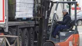 Un hombre trabaja en el Polígono Industrial de Vallecas.