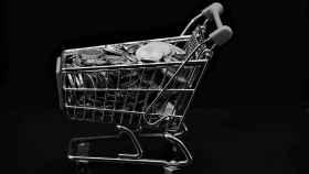 Imagen de archivo de dinero en un carro de la compra.