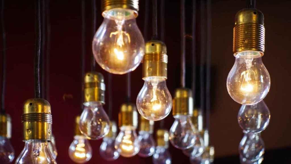 Varias bombillas encendidas en una imagen de archivo.