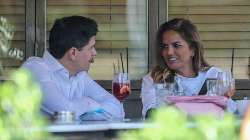 Marta López junto a un amigo cenando en una terraza de Madrid.