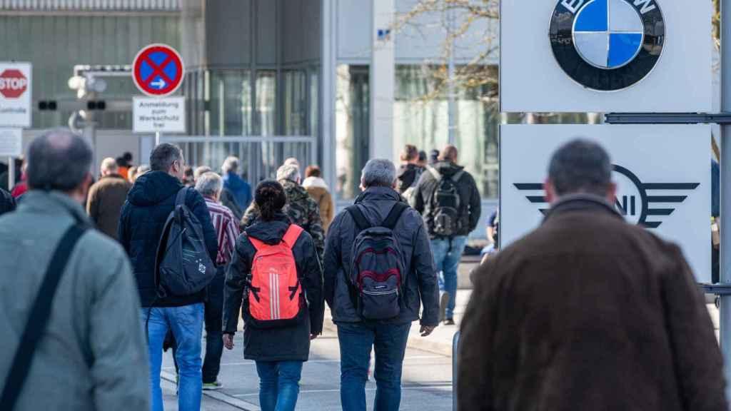 Empleados entrando en una de las factorías de BMW.