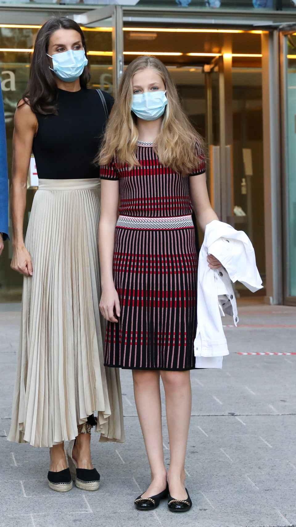 Letizia junto a Leonor luciendo su falda plisada.