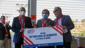 Jose Luis Martínez-Almeida ha recibido la donación de 20 toneladas de alimentos por parte de la Unión de Peñas del Atlético de Madrid