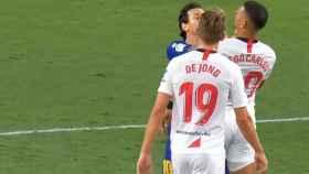 Leo Messi empujando a Diego Carlos