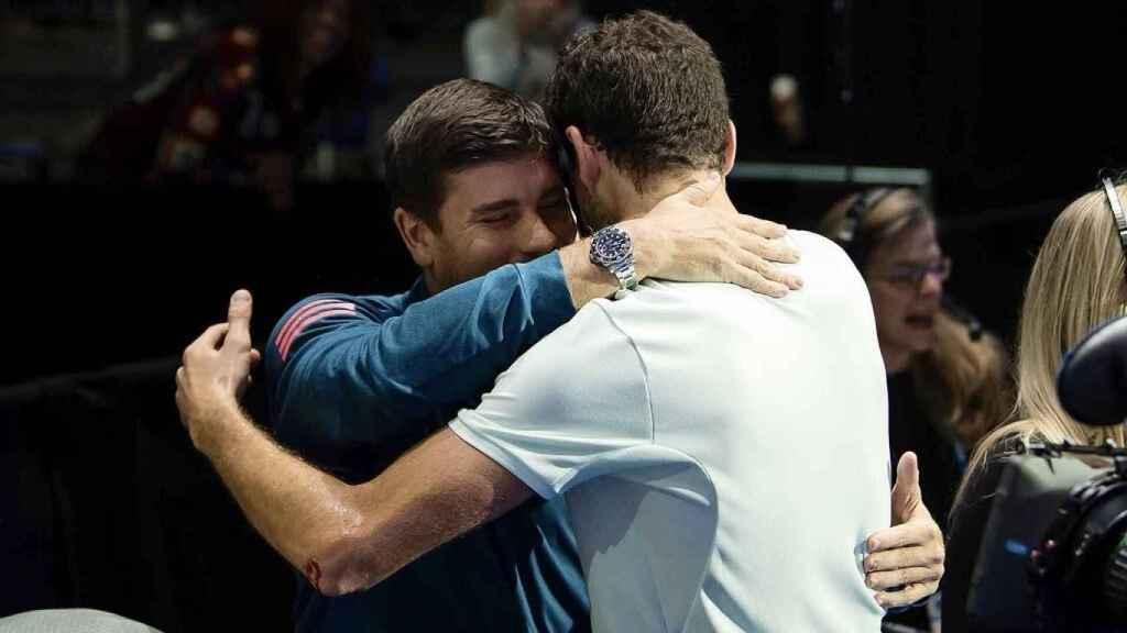 Daniel Vallverdú abrazándose con Grigor Dimitrov