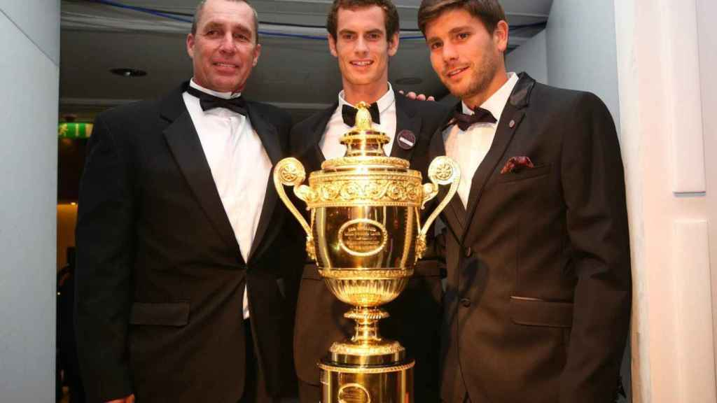 Daniel Vallverdú y Andy Murray con el trofeo de Wimbledon