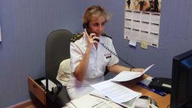 Una  capitana del Ejército y también psicóloga atendiendo una de las llamadas.