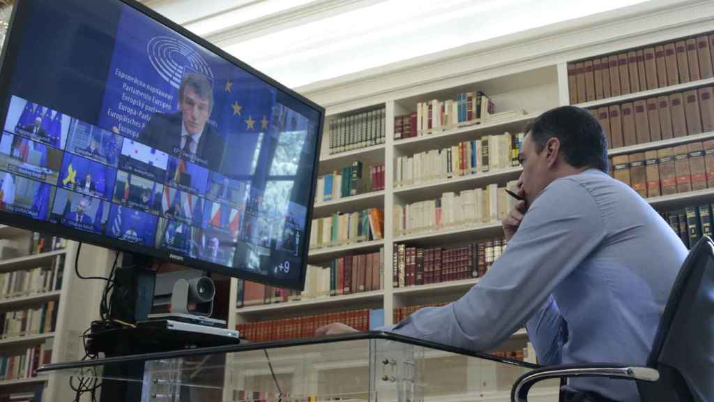 Pedro Sánchez, en su despacho, escucha a David Sassoli, presidente del Parlamento Europeo.