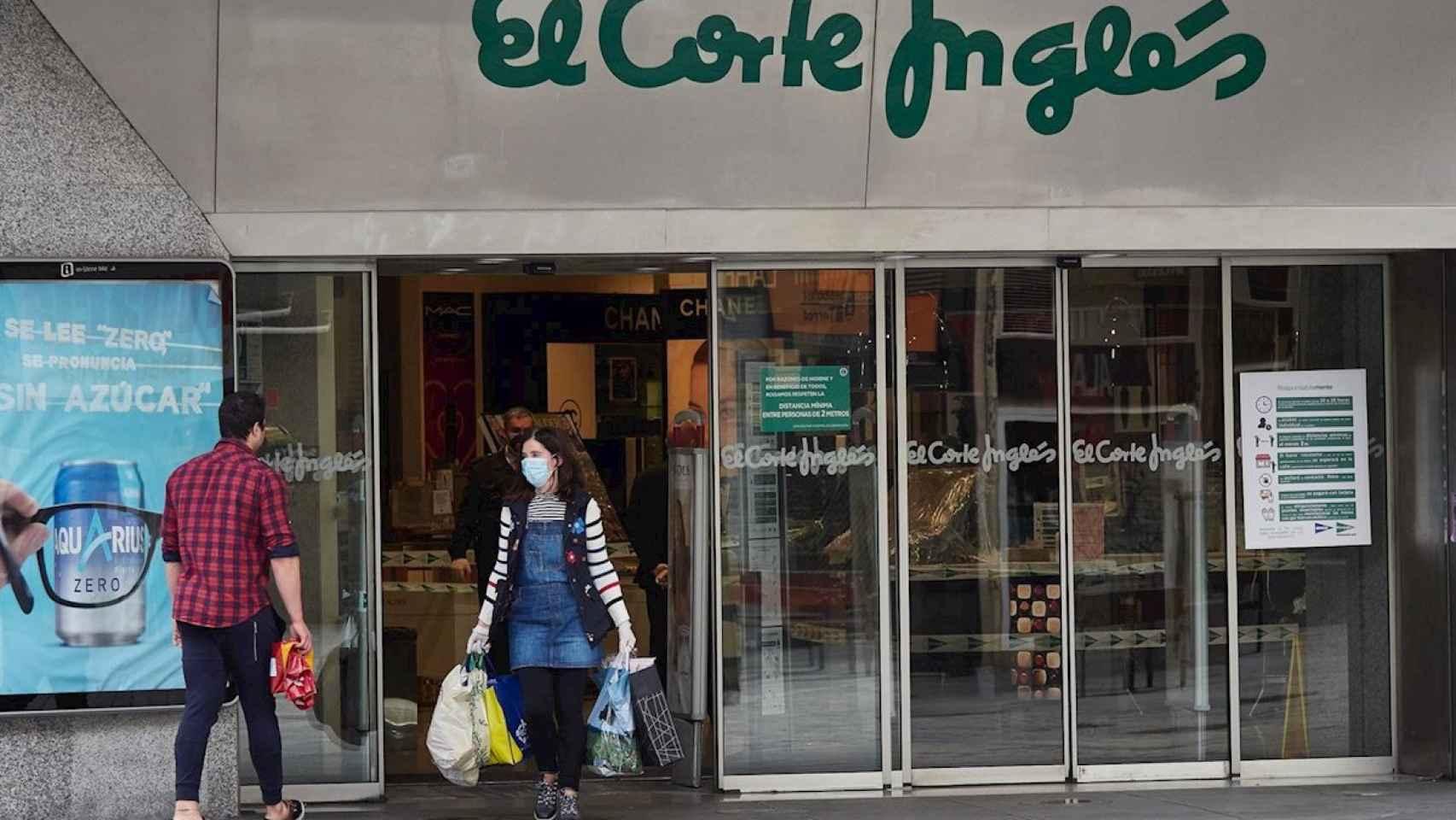 Una consumidora saliendo de El Corte Inglés   EP